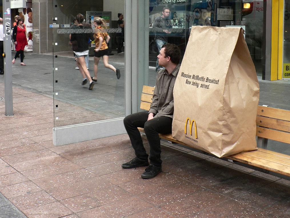 Guerrilla campagne grote McDonald's zak bij een bushalte