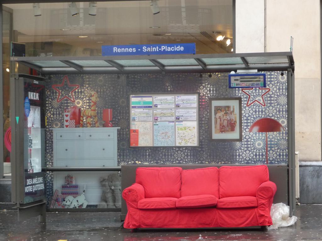 buiten reclame campagne huiskamer bushalte