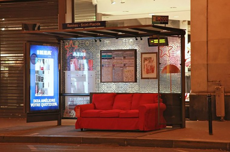 Buiten reclame campagne huiskamer bushalte in de avond