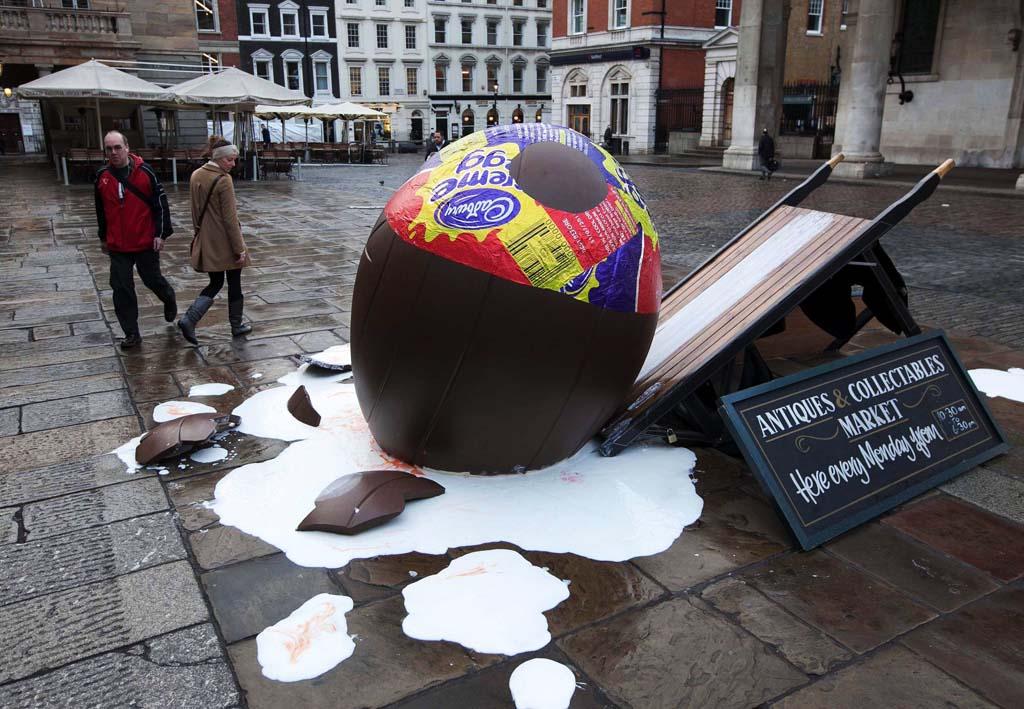 Guerrilla marketing campagne mensen bij gebroken Cadbury creme ei