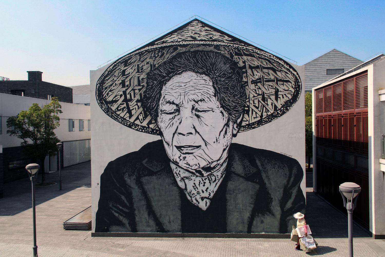 oude vrouw met hoed op