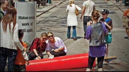Guerrilla marketing campagne mensen bij een grote waterijs