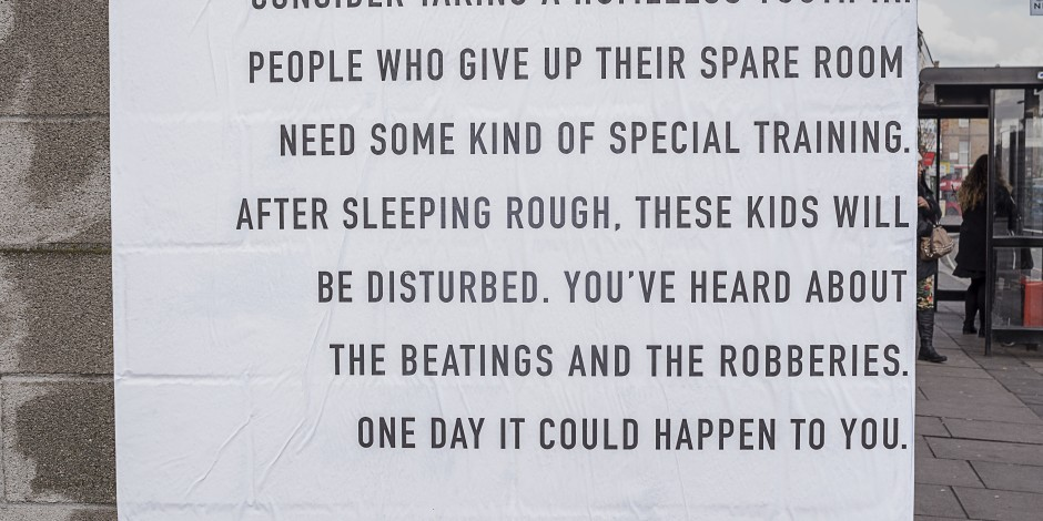 Guerrilla marketing campagne daklozen tekst stenen muur