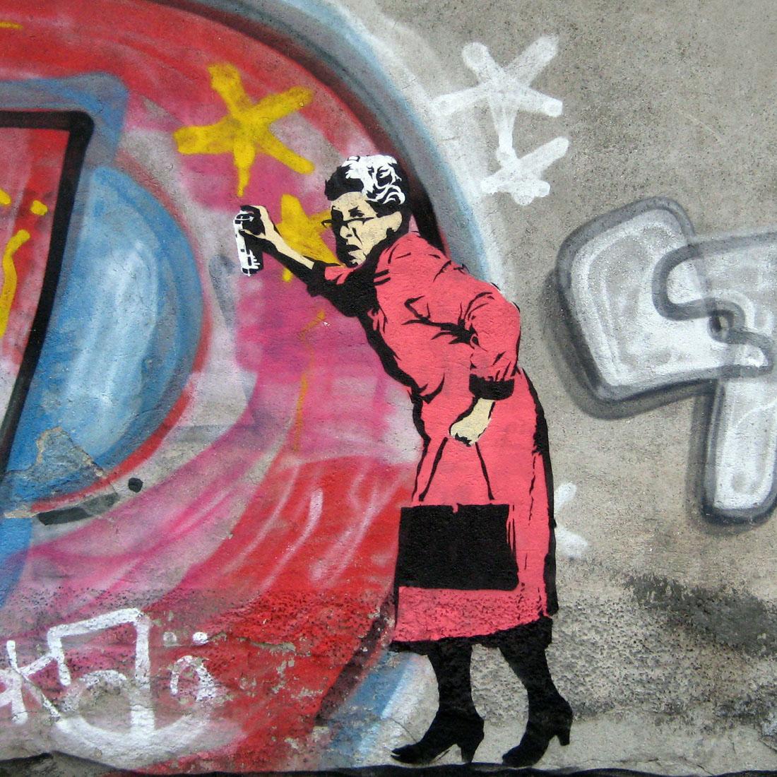 oude vrouw bezig met graffiti