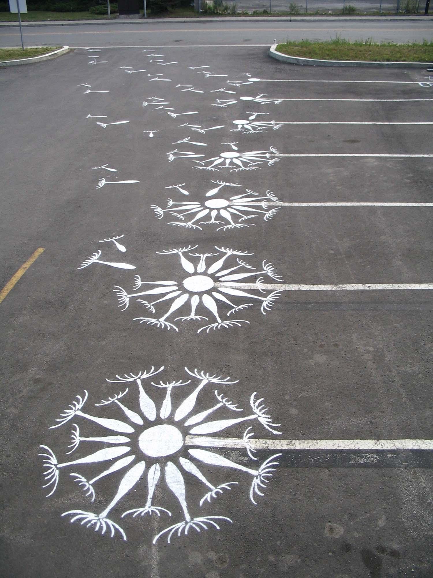 parkeerplaats met paardenbloemen