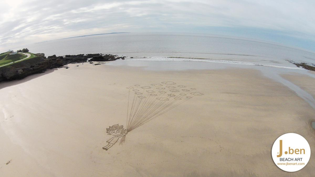 kind vliegt met ballon wolken
