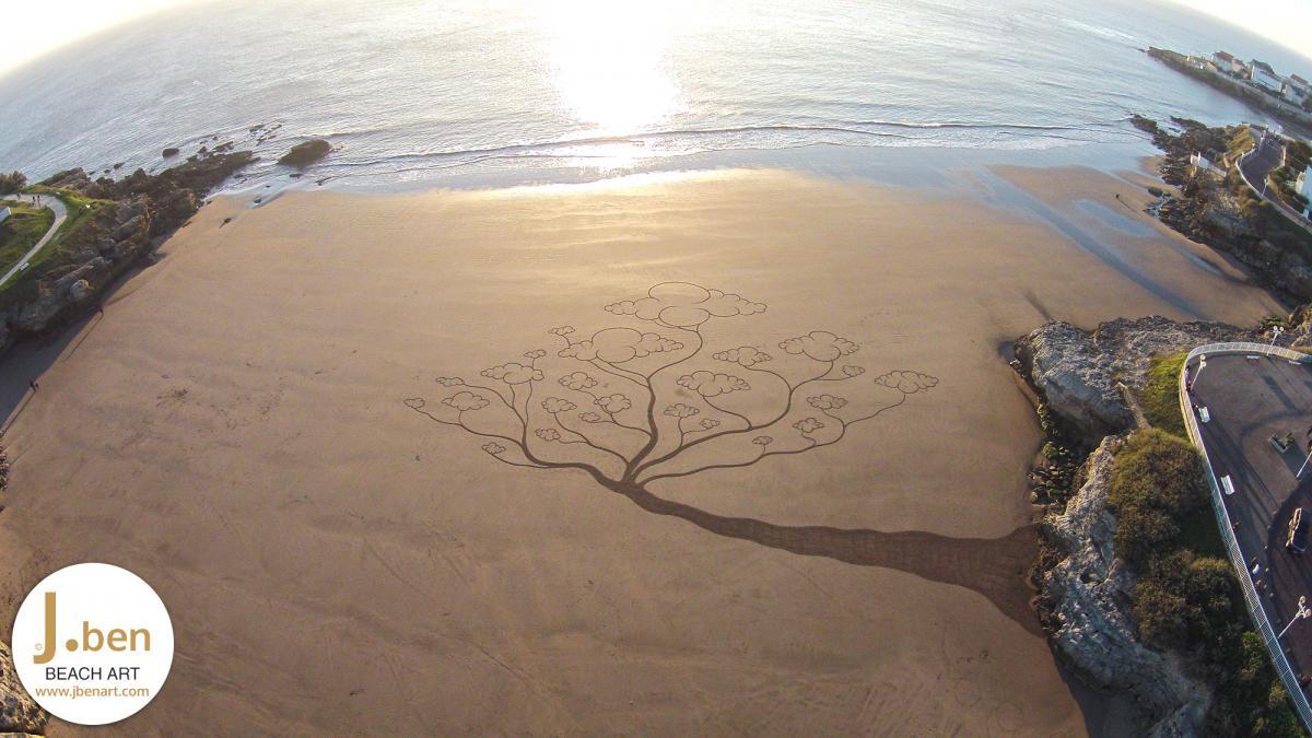 boom met wolken als blaadjes groeit uit rots