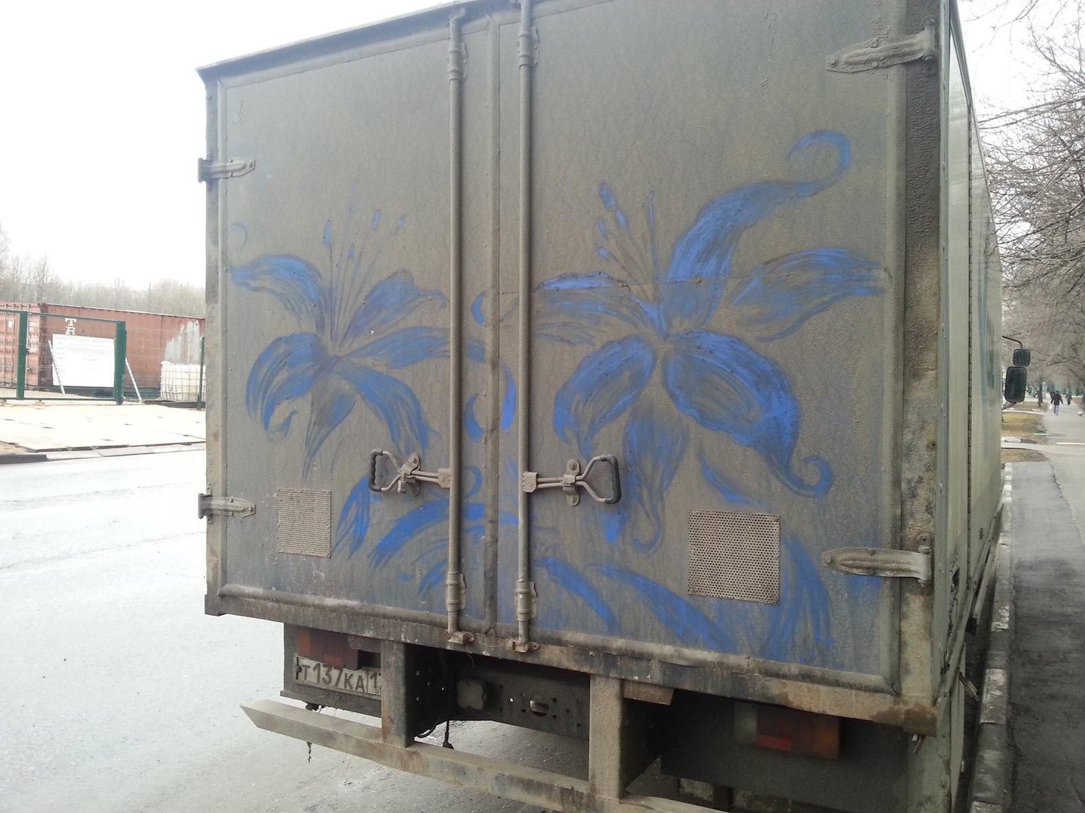 bloemen op achterkant van een vrachtwagen